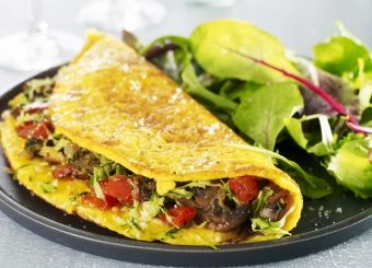 Omelette courgettes, tomates et champignons